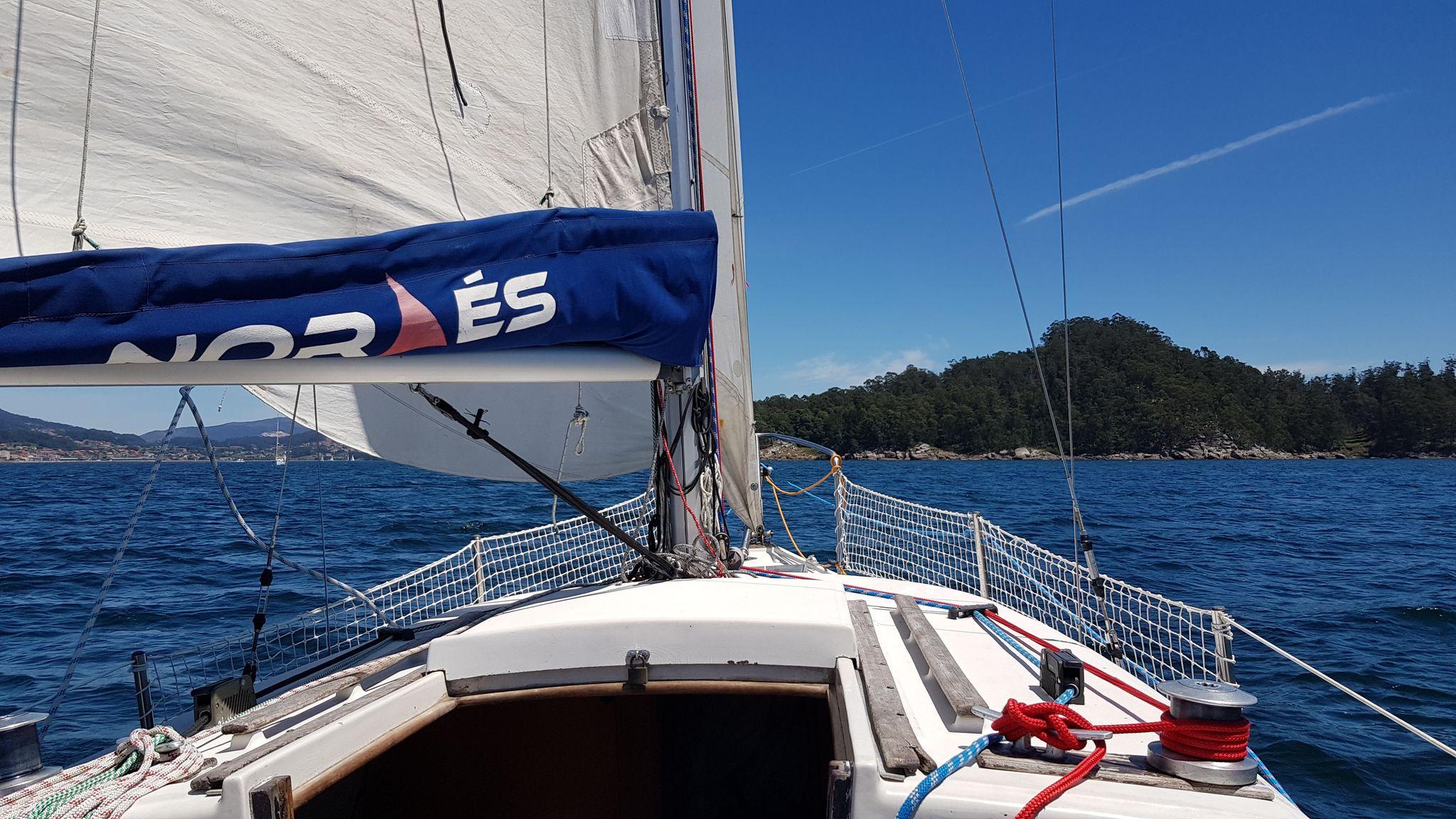 Camino de Combarro para participar en la regata