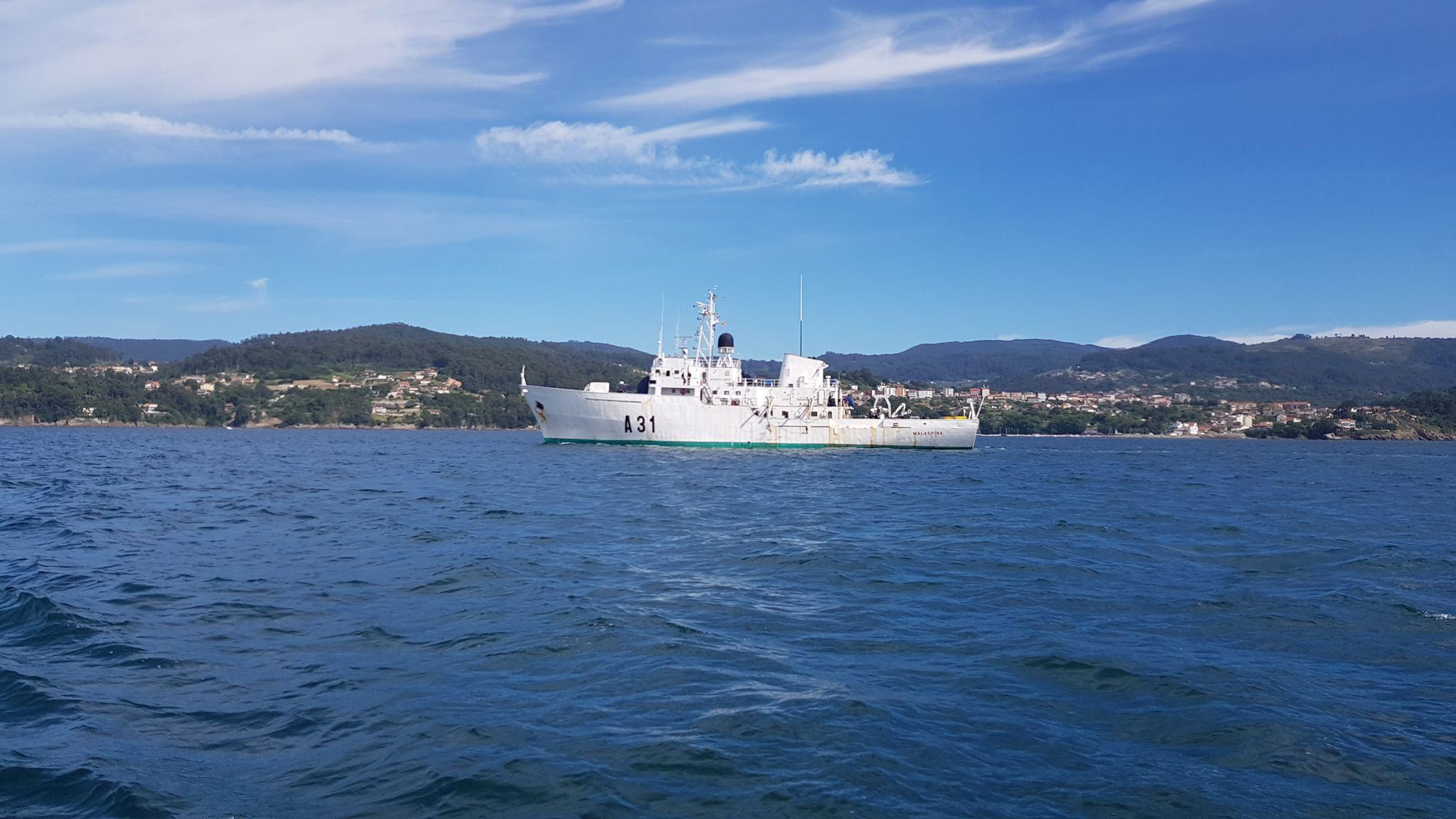 Nos cruzamos con el buque Malaspina volviendo a Portonovo